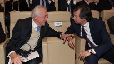 A sinistra, il presidente emerito di Intesa Sp, Giovanni Bazzoli, con il ceo, Carlo Messina