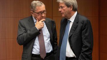 Il managing di director del Mes, Klaus Regling, insieme a Paolo Gentiloni, commissario europeo per l'economia